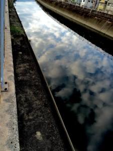 川に写る雲