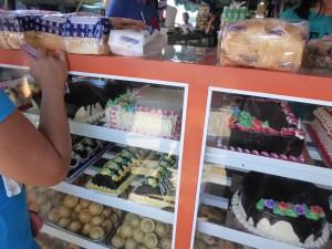 ケーキを売っています
