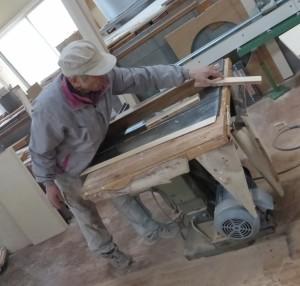 機械作業をする木工職人さん