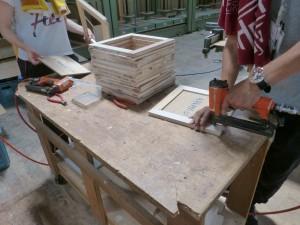 木箱の蓋部分のタッカー留め作業