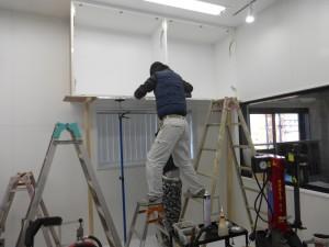 天井が高く、家具も大きいため取り付け作業は簡単にはいきません