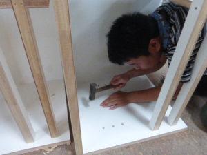 家具の内壁部分のダボ打ち作業