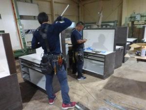 台風の中、頑張って作業を進めてくれる電気屋さん