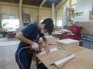 木材をタッカーで引っ付けています。