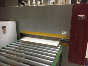 機械が自動で板を送りながら順にプレスしていきます