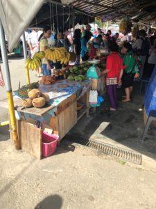 地元の市場、果物&おやつが売られています。