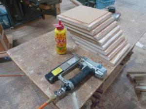 側面となる板のボンド塗り&機械