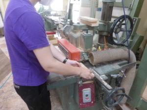 溝突機で木材をカット。
