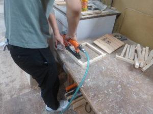 タッカーで底板用の枠を作成。
