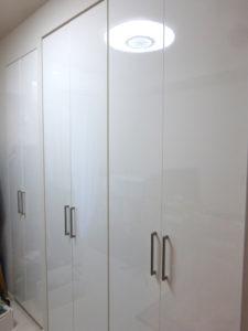 仕上がった扉(右4枚)と既存扉(左2枚)